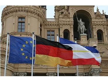 Landtag MV - Schweriner Schloss - Flaggen (Externer Link: weitere Informationen)